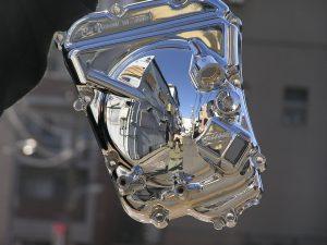 クロムメッキは素地を磨いてらから、メッキ加工することによって鏡のような美しさをえられる。