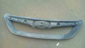 クロムメッキ加工するために、塗装剥離した状態のフロントグリル