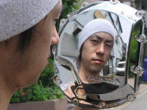 磨き後のクロームメッキ加工したパーツはまさに鏡のような仕上がりのため、メッキの手入れ方法を間違えるとくすみ、小傷の原因になります。
